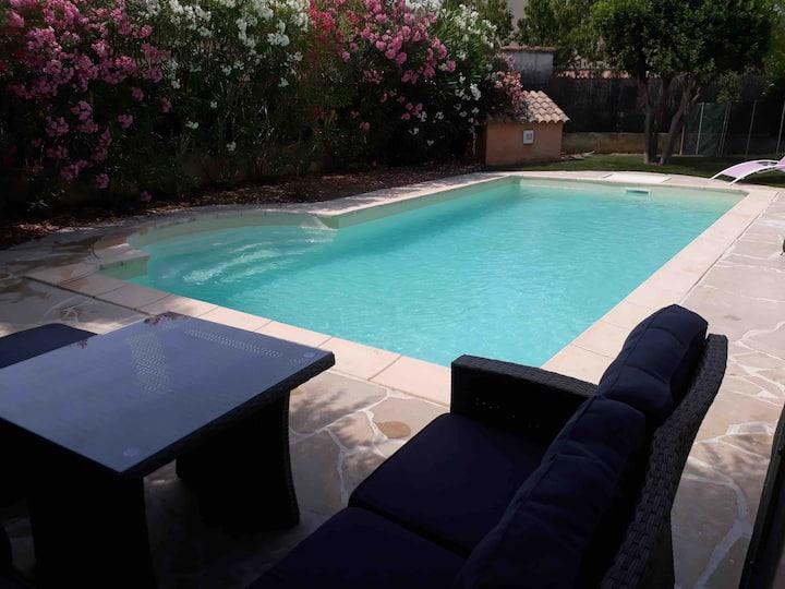 Mer et piscine ds village provencal idéal famille