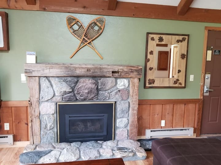 CRYSTAL MOUNTAIN CONDO (2nd floor) Inside Crystal Mtn ski, golf and spa resort!