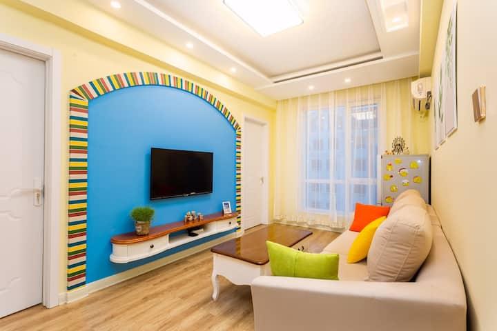 (地暖供热)鲅鱼圈万达广场附近两室一厅,地中海风格,双空调,免费停车,采光良好,卫生干净,舒适温馨。