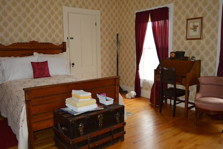 Baker House B&B - Goldenrod Room