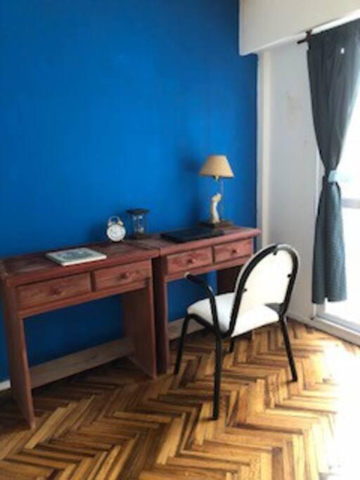 Opcional: en esta habitación, puede ir un escritorio y una cama, o solamente la cama o sólo el escritorio, a elección del huésped.
