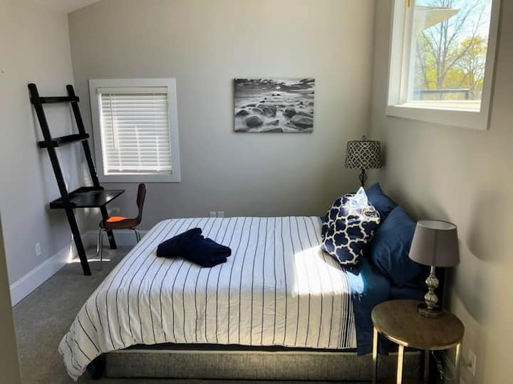 The Urban Haven - Luxury Minneapolis Home (Room B)