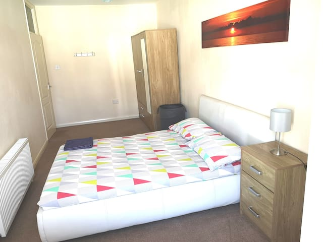 Modern and spacious double room in Torquay.