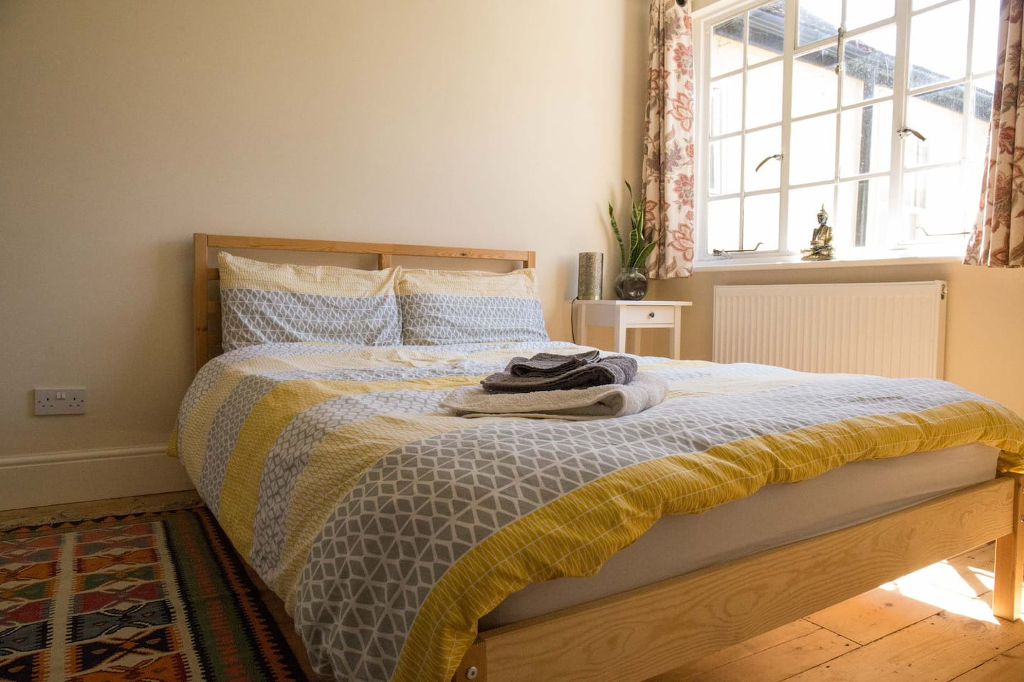 Bright room with a comfy double bed