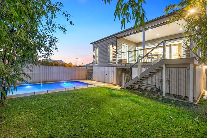 Superbly Renovated Queenslander with heated pool - Greenslopes - Huis
