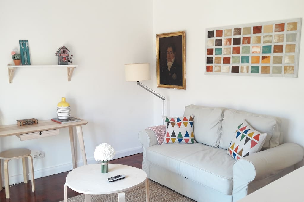 "Living Room <div class=""airbnb-embed-frame""><a href=""https://www.airbnb.pt/users/show/91974037"">Superhost</a><div>em Lisboa</div></div>"