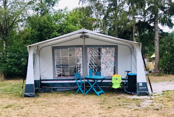 Ingerichte caravan met voortent op fijne camping