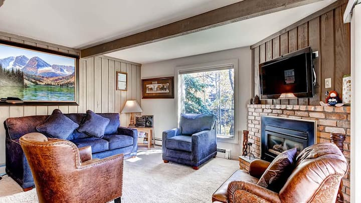 2 Bedroom with Hot Tub, Skiers Bridge, 2 Parking Spaces and directly on Shuttle Route!