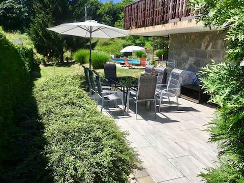Gezellige begane grond appartement  met een groen terras/zwembad