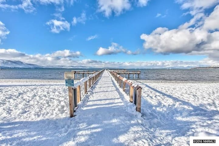 Steps to the Lake, Beach. A Mile from Ski resort - South Lake Tahoe - Townhouse