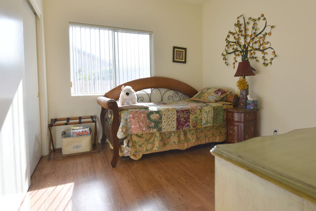 The room with trundle bed under the day bed