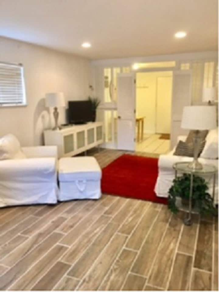 COZY STUDIO WITH PERFECT WALKABILITY TO THE SQUARE