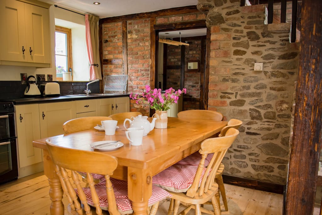 Kitchen and dining area fully equipped
