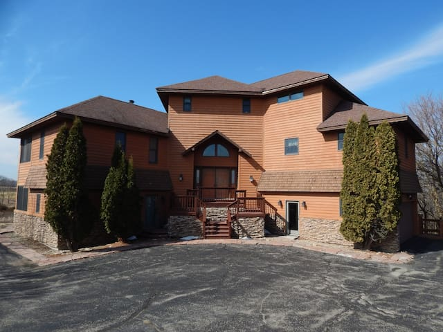 Spacious home w/hot tub, pool table, & scenic view