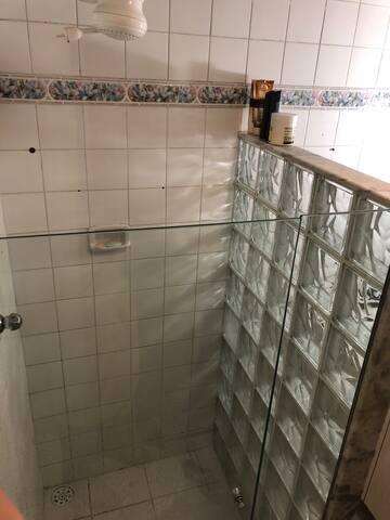 Box de banho com vidro temperado e tijolos de vidro