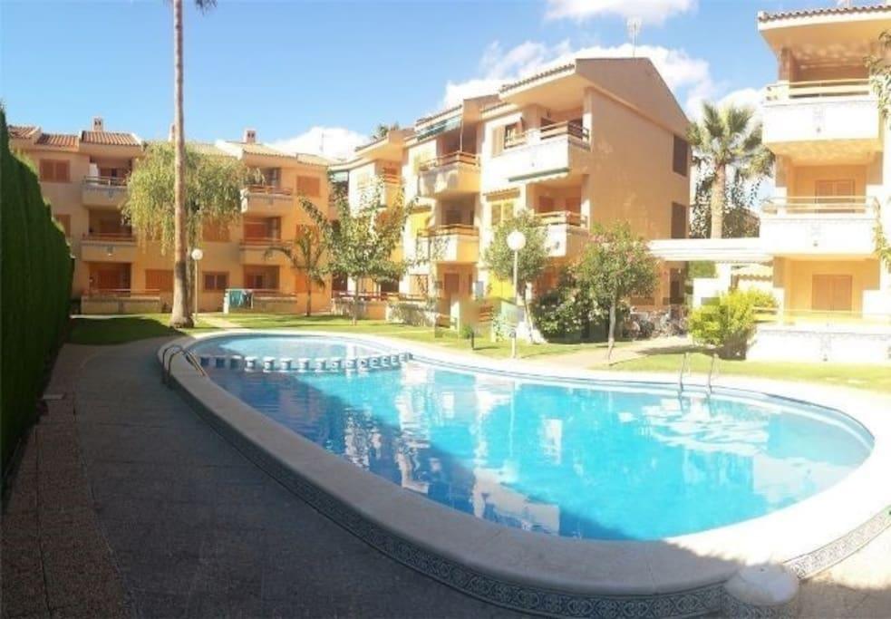 Apartamento con piscina a 100 metros de la playa for Piscina en jardin de 100 metros