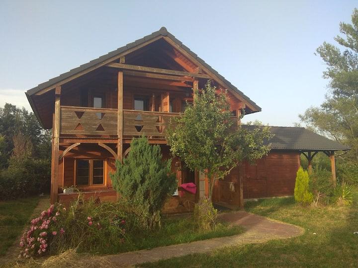 Casa de madera en la montaña central de León