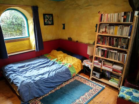 Airy self-catering studio w/ own bathroom & stove