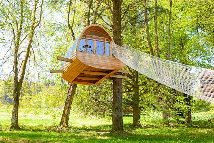 Cabane perchée dans les arbres au coeur des Alpes