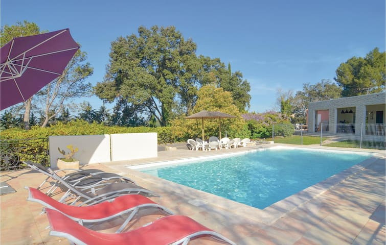 Holiday cottage with 6 bedrooms on 300m² in Aubais