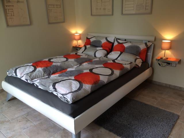 Das Bett ist groß und die Matratze hochwertig. Vom Bett aus kann man fern schauen.