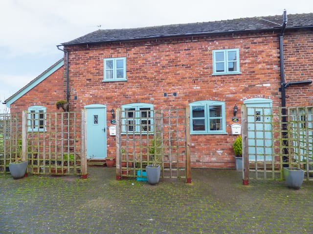PRIMROSE COTTAGE, pet friendly, with pool in Brereton, Ref 971371