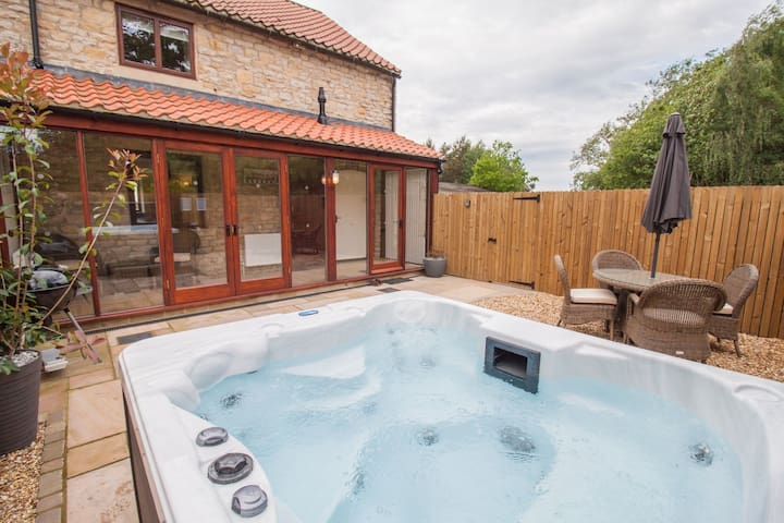 Cropton Cottage | sleeps 4 - Hot Tub, Dog Free - 5* Gold Award