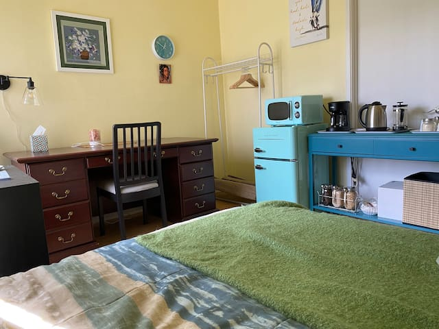 Room has small refrigerator, microwave, tea kettle, coffee pot and cutlery.   Please note this listing DOESN'T HAVE KITCHEN ACCESS!!!