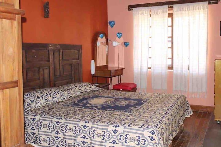 Recámara principal, con dos camas individuales o unidas que hacen 1 cama king Size, en ambos casos con sobre colchón, tocador y ropero, cuenta con baño completo privado.