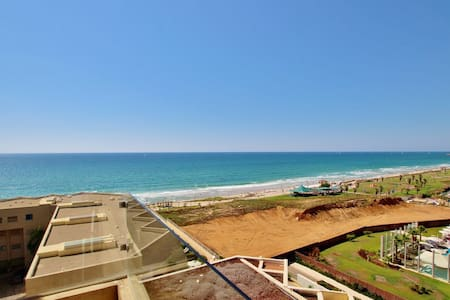 POOL JACUZZI AND BEACH 3.5 BEDROOMS TLV APARTMENT
