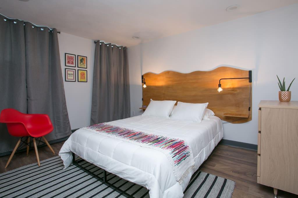 Master bedroom w/ smart tv, Brand New Casper mattress fitted w/ bedbug hypoallergenic sheet set.