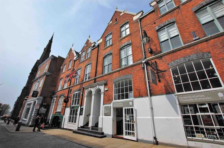 Modern, bright, apartment in the heart of Chester.