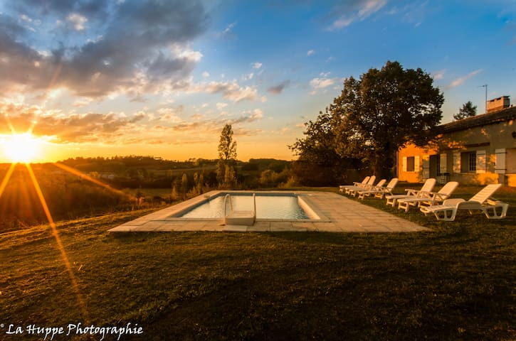 Sleeps 9, whole gite, private, sunsets & views - Serres-et-Montguyard - Rumah