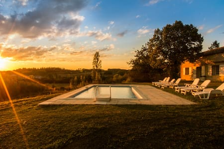 Sleeps 9, whole gite, private, sunsets & views - Serres-et-Montguyard - Hus
