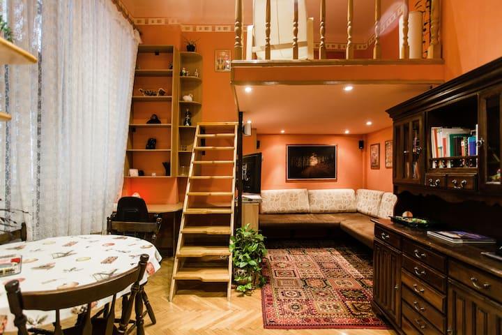 Kényelmes erkélyes galériás lakás a belvárosban.