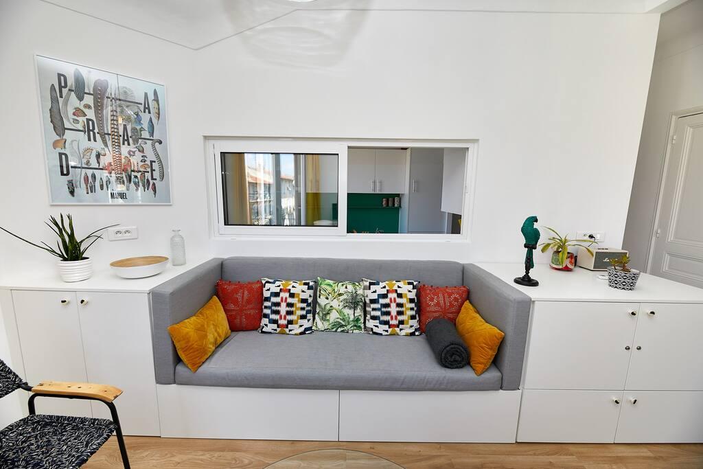 Salon très lumineux et cosy, avec 2 autres balcons, où il fait bon lire, se reposer, préparer le programme de visites…