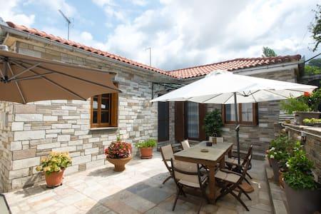 Makrigiannis Home, Portaria