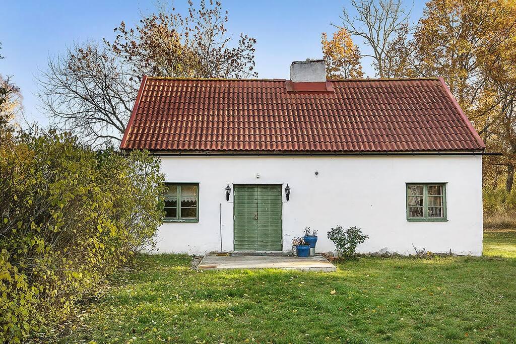 Gästhus med kamin, badrum och 2 sovrum