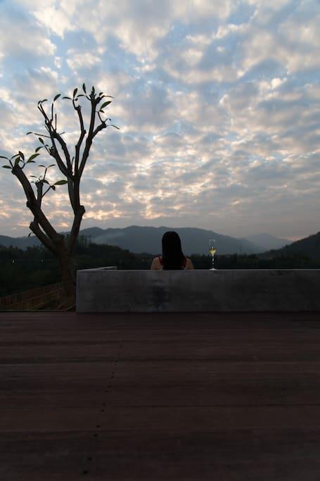 一边泡温泉,一边俯瞰前面400亩竹林田野,远山