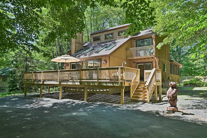 'Bear Den' Rustic Mtn Home ~  2 Mi to Pocono Lake!