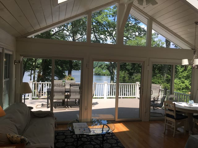 Lovely Waterfront Cottage near Foxwoods, Beaches