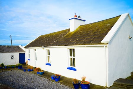 White Cottage, Liscannor - Liscannor - Mökki