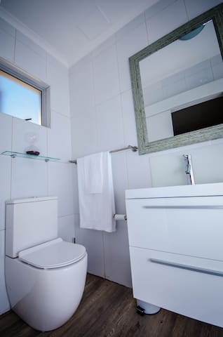 Aviva Accommodation - Cape Winelands Room - En-suite
