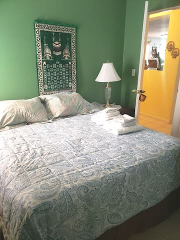 Cozy  private room  near airport & I-10 freeway