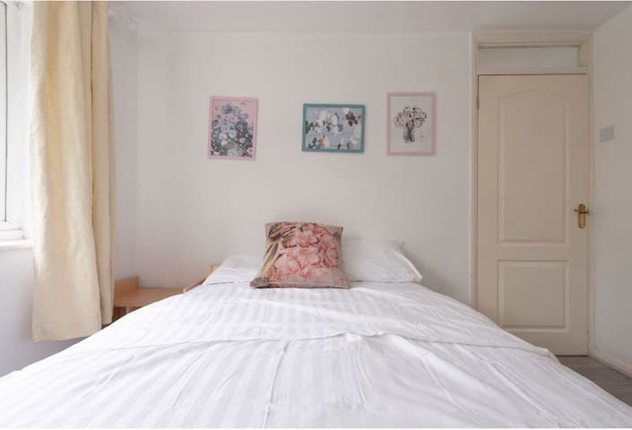 Spacious clean & beautiful double bedroom Chestnut
