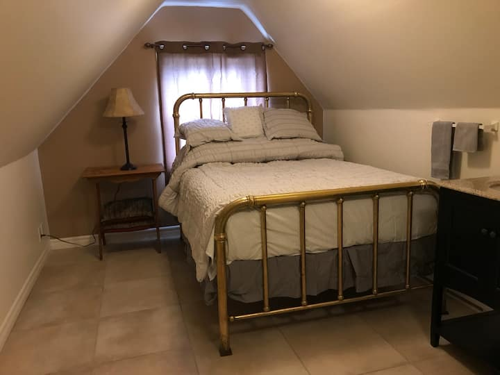 Off Main St. cozy private loft with brass bed