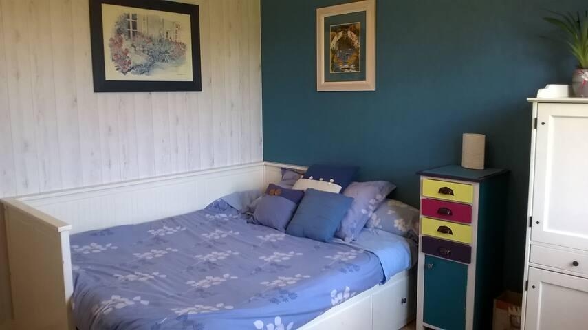 Chambre avec grand lit 160 confortable