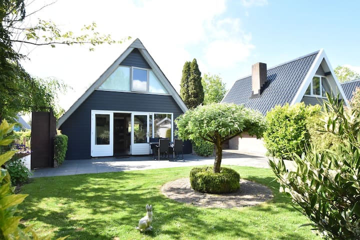 Modern huisje met grote zonnige tuin dichtbij zee en strand