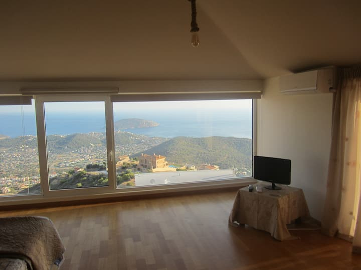 DELUXE SUITE WITH  VIEW OF SARONIC BAY & JACUZZI
