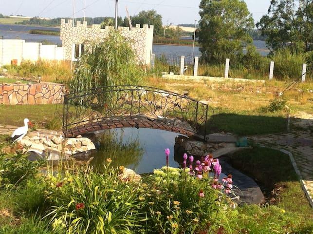 Домик с камином на берегу реки Юг